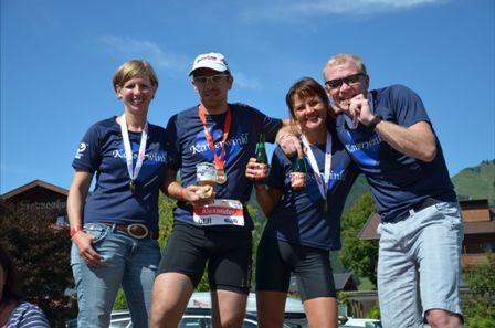 Gruppenfoto mit Medaillen